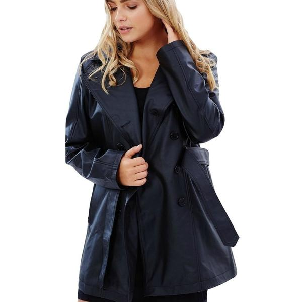 Trench in urban chic black.